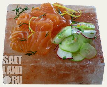 Соляная, солевая плитка с красной рыбой и зеленью на ней
