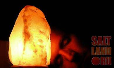 Солевая лампа и спящий человек