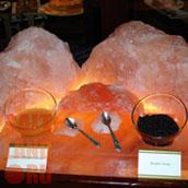 Икра черная и красная с ложечками на соляной плитке
