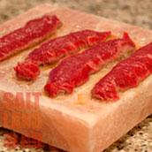 Свежее мясо на солевой плитке