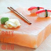 Суши на плитке из гималайской соли с палочками