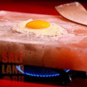 Яйцо обжаренное на плитке из гималайской розовой соли
